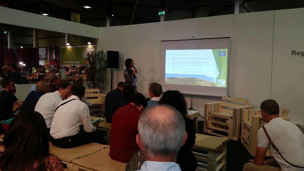 Livia Bellisari presenta le Guide durante l'evento alla presentazione del 6 ottobre 2017